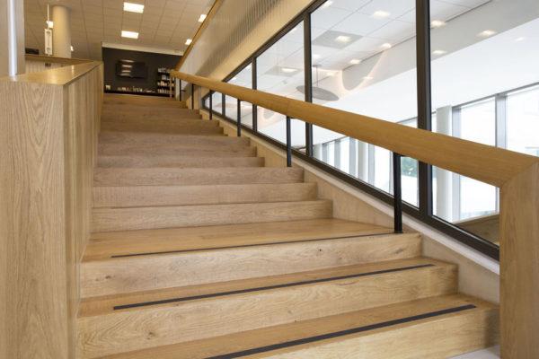 Houten trapbekleding Bibliotheek Bilthoven