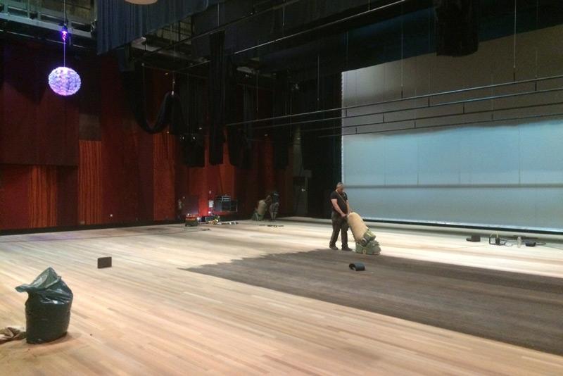 Schuren en onderhoud houten vloer Theater Zinin Nijverdal