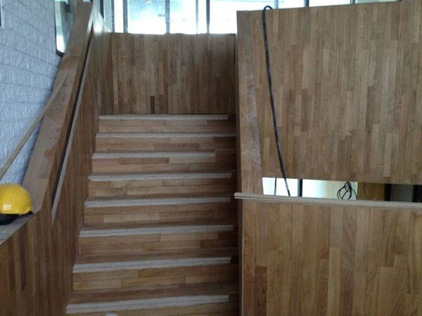 Wandbekleding met hout Rechtbank Zwolle